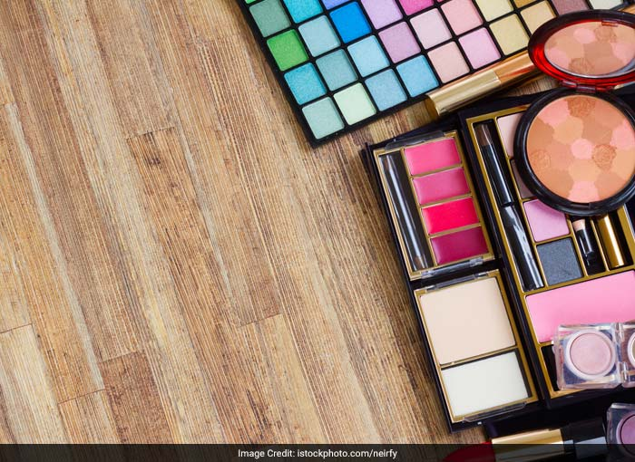 Do not share your eye makeup kit and do not use eye makeup until the infection is fully cured. Sharing makeup means you are also sharing bacteria and thus giving an open invitation to eye infections.