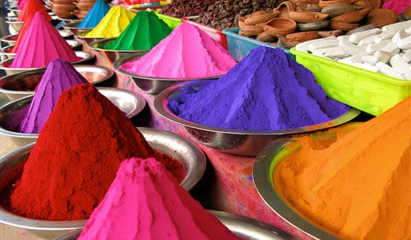 You should use natural/skin friendly and herbal colours or the ones made by reputed companies using natural products. They are safe and promise colour not scars.