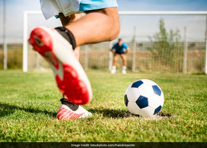 Avoid vigorous exercises that put a lot of pressure on the knee. This can happen in team sports like hockey or soccer. It can also happen in the workplace. Improper technique when bending or lifting can also adversely affect the health of the knee.