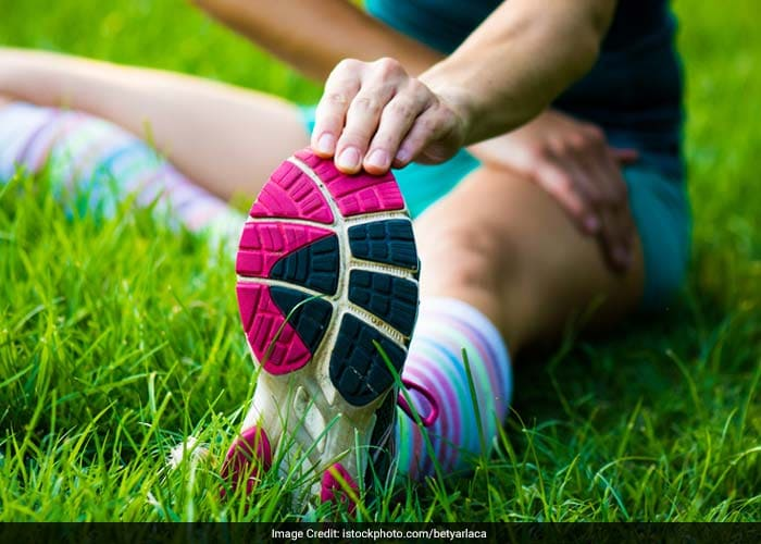 Do not exert your knee joint too much. If you feel that your knee is hurting, stop what you are doing. Choose a less strenuous exercise, especially if you are getting back to exercising after a sedentary life. See a doctor to learn how to deal with your particular pain.