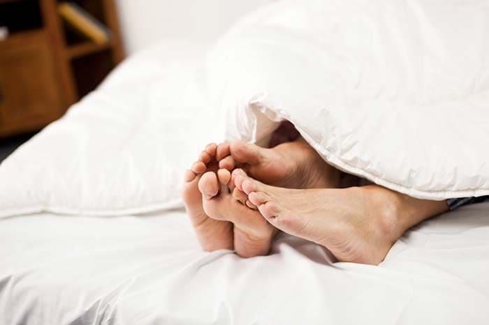 द स्कवीज टेक्निक- सेक्स के दौरान आपका पार्टनर आपके लिंग के टिप को या बेस को हल्के हाथों से दबाता है जिससे इजैक्यूलेशन रुक जाता है. ये क्रिया तब तक की जा सकती जब तक आप और आपका साथी एक साथ क्लाइमैक्स पर पहुंचने का मन नहीं बना लेते.