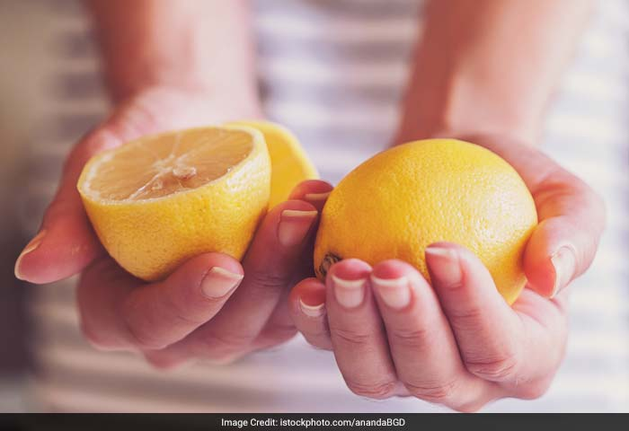 Lemon juice helps in eliminating acid waste and cleansing the liver with citric acid and building up enzymes to eliminate blood toxins. It also flushes out pores and keeps your skin feeling fresh and bright.
