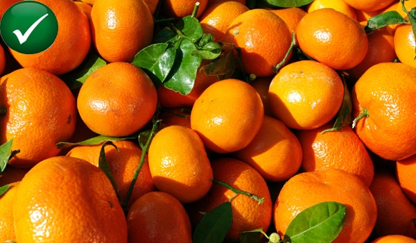 Foods high in vitamin C like red cabbage, red bell peppers, tangerines, mandarins, oranges, potatoes reduce uric acid levels by increasing its excretion in the urine.