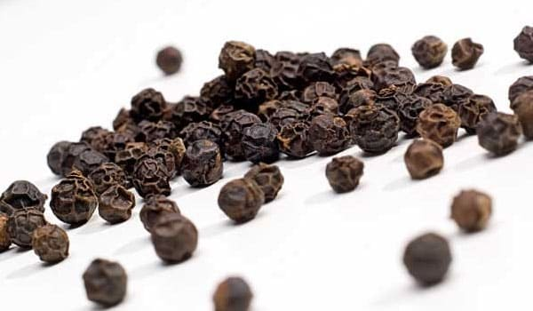 Black pepper has helps reducing the acidity and leads to less flatulence and bloating.