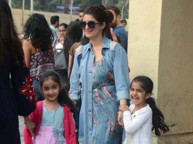 Photo : अक्षय कुमार की बेटी नितारा मम्मी के साथ मस्ती करती आईं नज़र, देखें Photos
