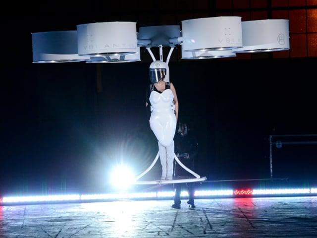 Photo : Lady Gaga dons world's first flying dress 'Volantis'