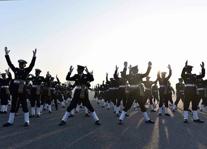 गणतंत्र दिवस: फोटोज़ में देखें कैसे मस्ती भरे अंदाज़ में चल रही है तैयारियां