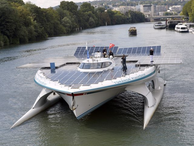 Photo : World's largest solar-powered boat sails in Paris