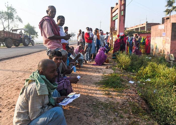 बिहार चुनाव: कोरोना संक्रमण के मद्देनजर सुरक्षा इंतजाम के साथ जारी है मतदान