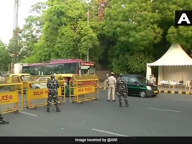 Photo : वीकेंड लॉकडाउन में थमी दिल्ली की रफ्तार, कोविड प्रोटोकॉल का पालन करते दिखे लोग