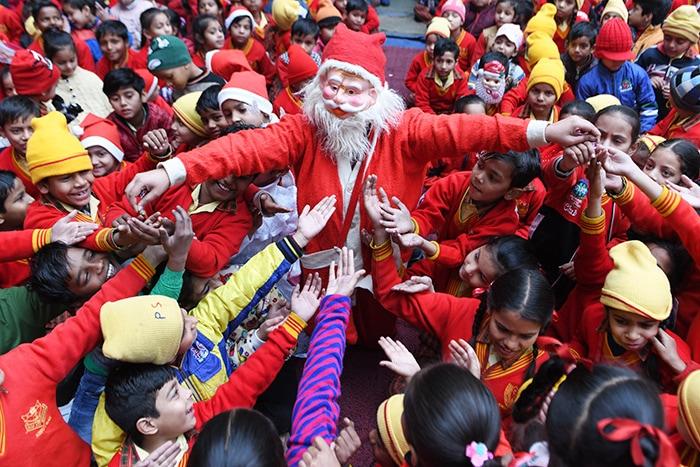 देशभर में धूमधाम से मनाया जा रहा है क्रिसमस का जश्न