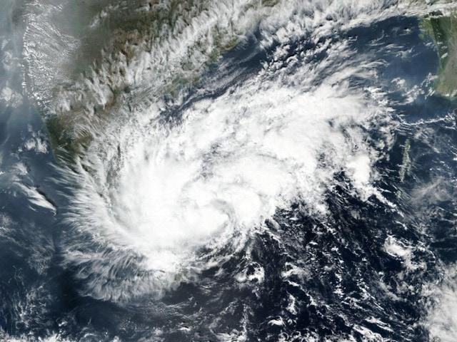 Photo : पुडुचेरी के पास तट से टकराया चक्रवाती तूफ़ान निवार, चेन्नई और पुडुचेरी में भारी बारिश