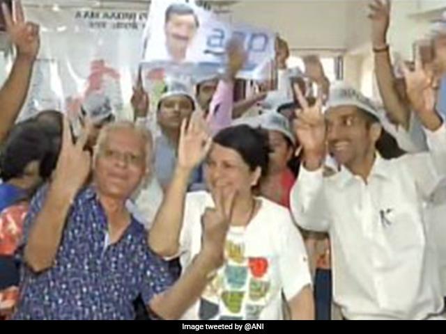 Delhi Election Results: बढ़त के बाद 'आप' में जश्न का माहौल, कार्यकर्ताओं में दिखा जोश