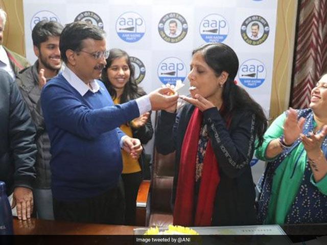 Photo : Delhi Election Results: बढ़त के बाद 'आप' में जश्न का माहौल, कार्यकर्ताओं में दिखा जोश