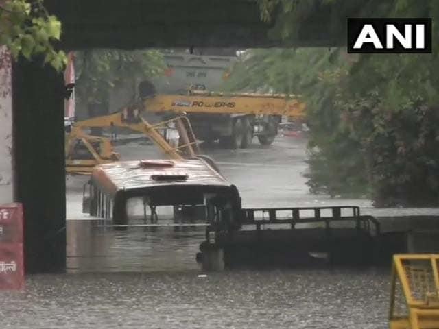 Photo : भारी बारिश से दिल्ली का हाल बेहाल, कई इलाकों में भरा पानी