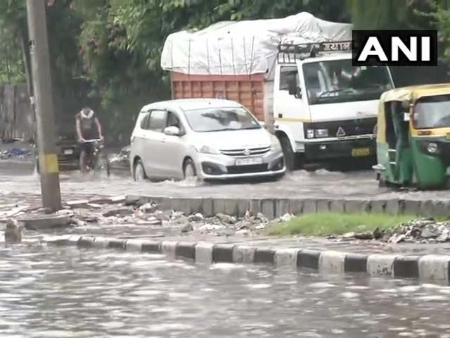भारी बारिश से दिल्ली का हाल बेहाल, कई इलाकों में भरा पानी