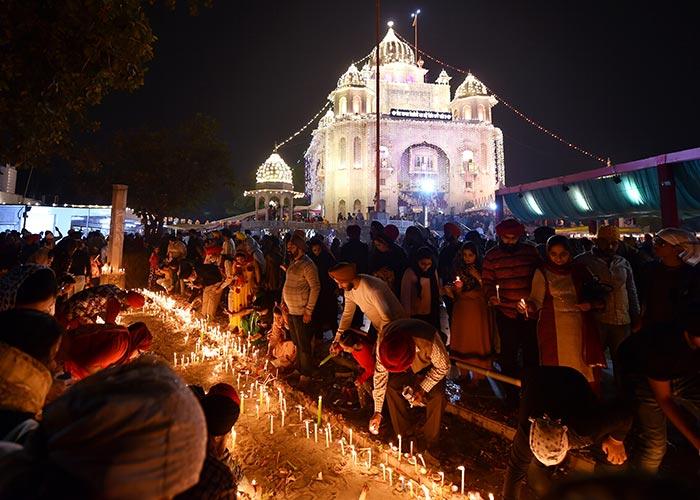 भक्तों ने इस अंदाज में मनाई गुरु नानक देव की जयंती