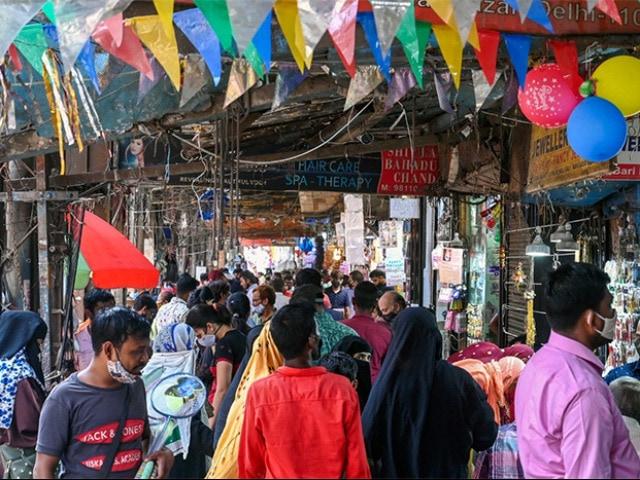 Photo : दिल्ली के बाजारों में लंबे समय बाद नजर आई भीड़, देखें तस्वीरें....