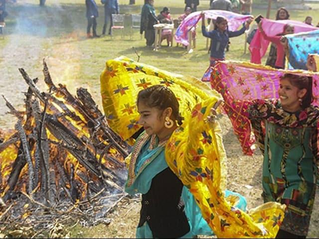 Photo : देशभर में कुछ यूं मना लोहड़ी का त्योहार