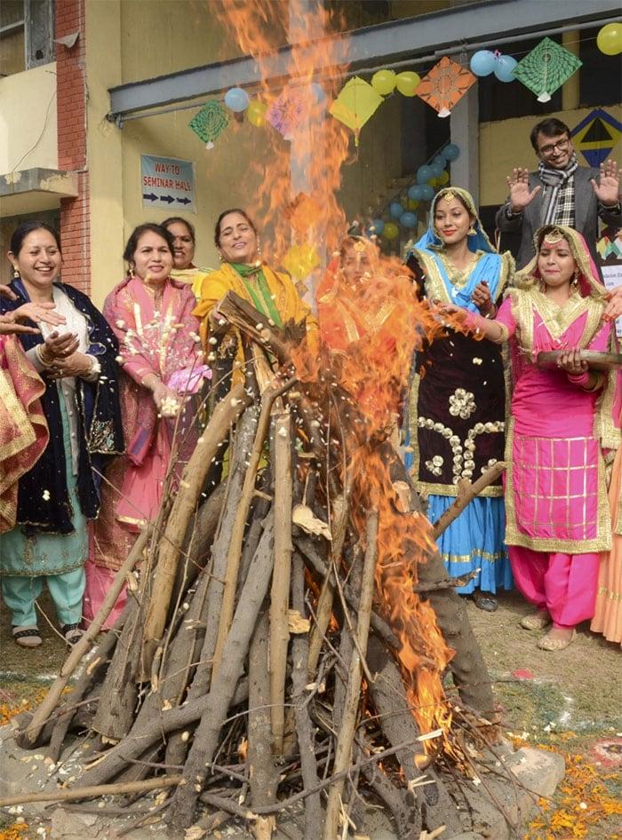 देशभर में कुछ यूं मना लोहड़ी का त्योहार