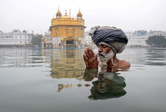मकर संक्रांति: श्रद्धालुओं ने लगाई आस्था की डुबकी, मंदिरों में दिखी भीड़