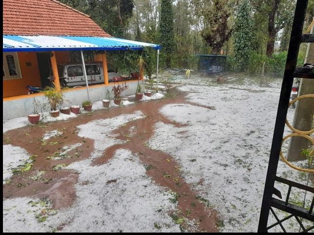 Photo : कर्नाटक के कई हिस्सों में भारी बारिश के साथ गिरे ओले, देखें तस्वीरें...