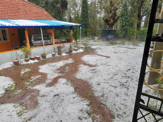 कर्नाटक के कई हिस्सों में भारी बारिश के साथ गिरे ओले, देखें तस्वीरें...