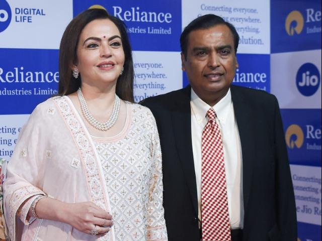 Mukesh Ambani\'s Family Time At Reliance Annual General Meeting