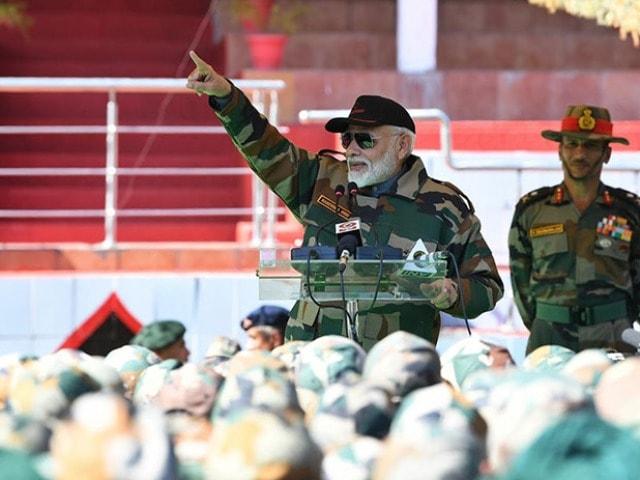 Photo : पीएम मोदी ने जम्मू कश्मीर के राजौरी में जवानों संग मनाई दिवाली, देखें तस्वीरें...