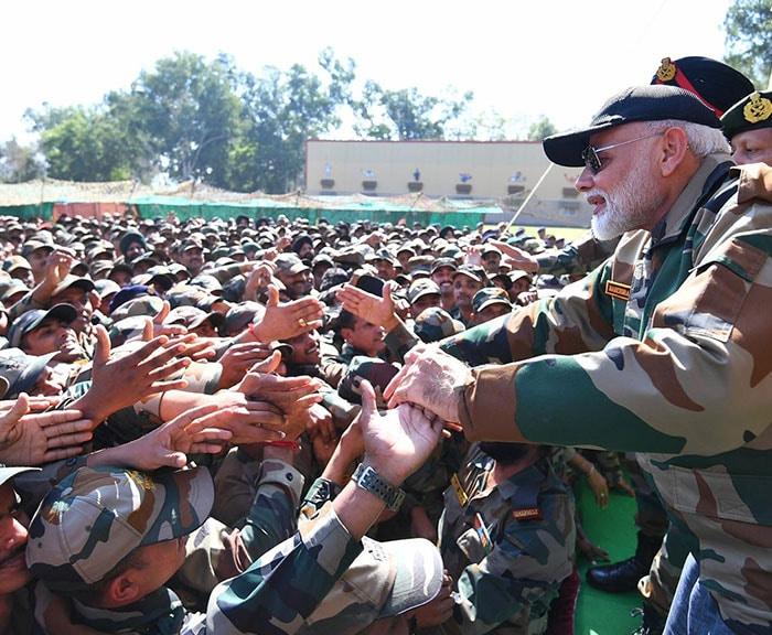 पीएम मोदी ने जम्मू कश्मीर के राजौरी में जवानों संग मनाई दिवाली, देखें तस्वीरें...