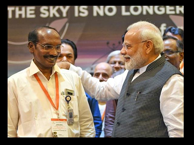 Photo : Photos: PM Modi Meets Scientists At ISRO After Chandrayaan 2 Heartbreak