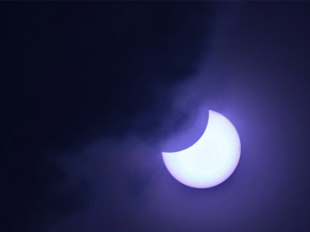 तस्वीरों में  देखें अलग-अलग जगहों पर कैसा दिखा सूर्य ग्रहण का नजारा