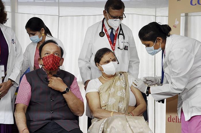 स्वास्थ्य मंत्री डॉ हर्षवर्धन समेत इन लोगों ने ली कोविड-19 वैक्सीन की पहली डोज