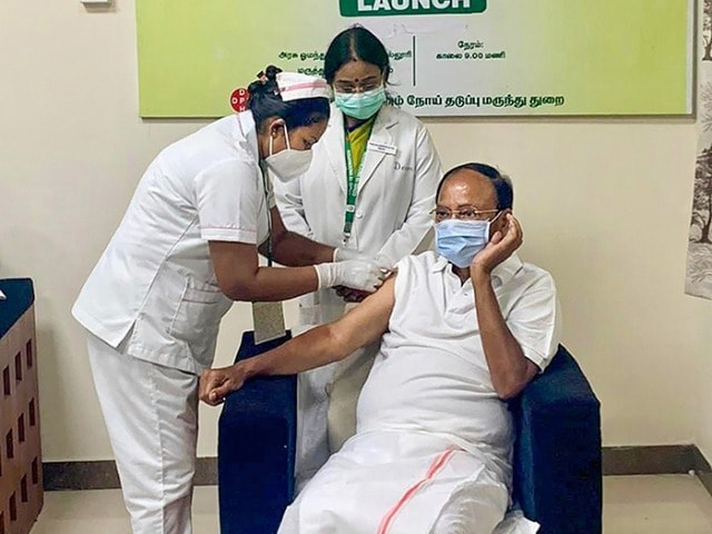 Photo : उपराष्ट्रपति एम वेंकैया नायडू समेत इन नेताओं ने ली कोविड-19 वैक्सीन की पहली डोज