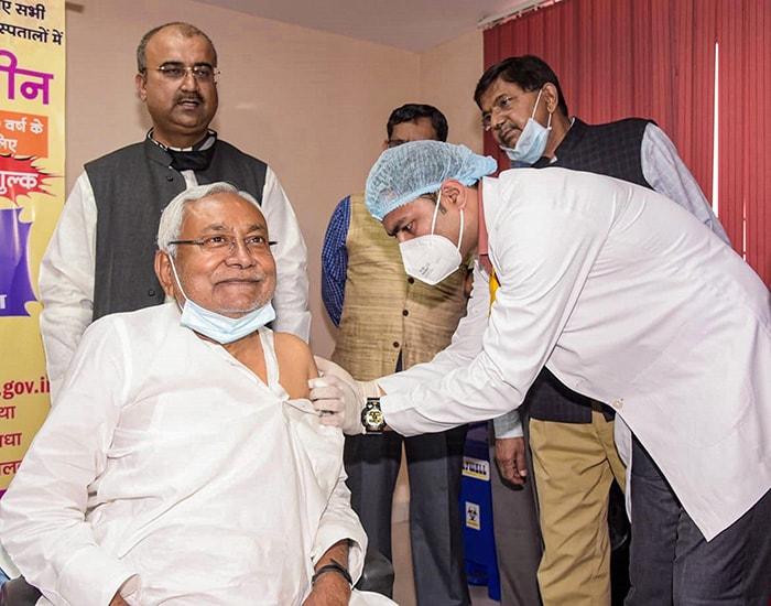 उपराष्ट्रपति एम वेंकैया नायडू समेत इन नेताओं ने ली कोविड-19 वैक्सीन की पहली डोज