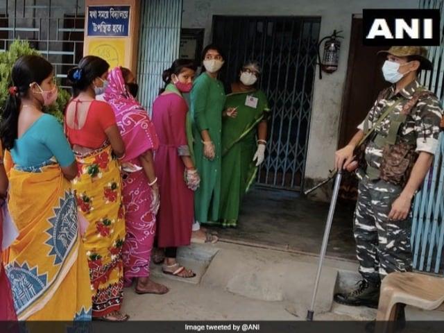 Photo : बंगाल में चौथे चरण का मतदान जारी, कई पोलिंग बूथ पर दिखी मतदातोओं की भीड़