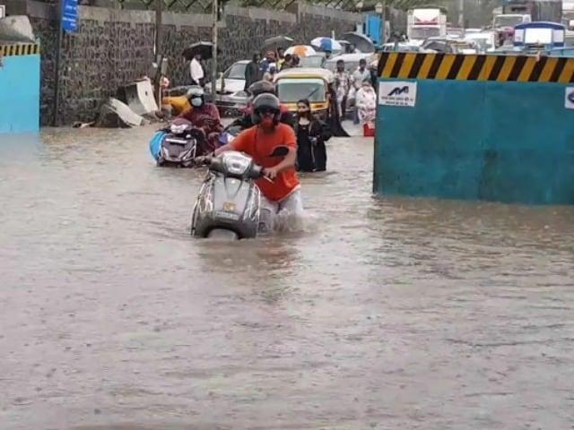 Photo : मॉनसून की पहली बारिश से थमी मुंबई की रफ्तार