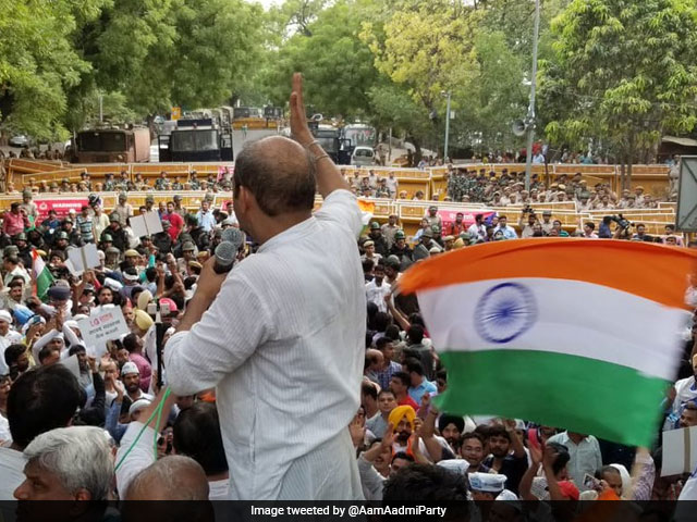 Photo : AAP Marches To PM's Residence In Delhi, Stopped Mid-Way By Police