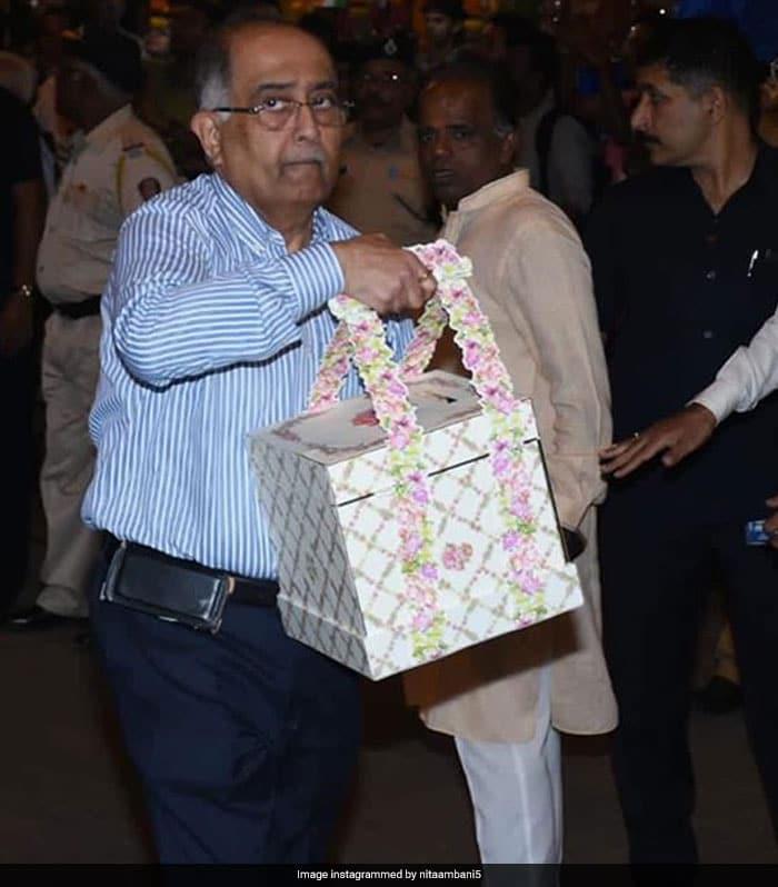 Nita, Mukesh Ambani Visit Siddhivinayak Temple To Offer Daughter Isha And Anand Piramal\'s Wedding Card