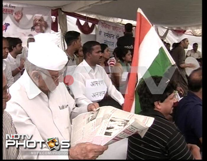 India stands with Anna Hazare