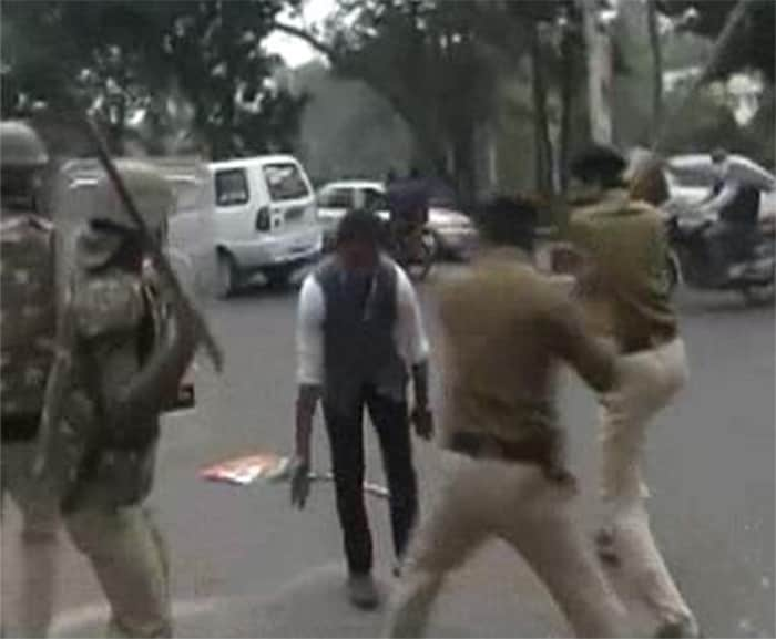 On second day of AAP\'s dharna, lathicharge after protesters try to break barricades