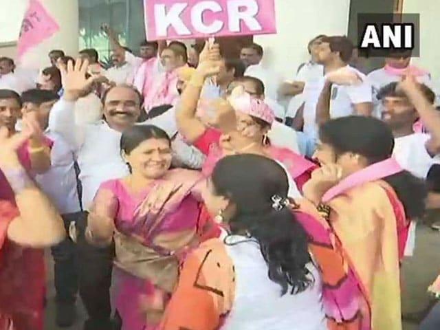 विधानसभा चुनाव 2018: तेलंगाना और मिजोरम में पार्टियों के कार्यकर्ता मनाने लगे जश्न
