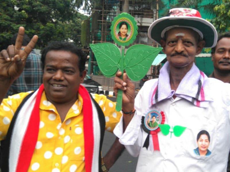Photo : विधानसभा चुनाव 2016: पार्टियों के समर्थकों और झंड़ों से जगमगाई सड़कें