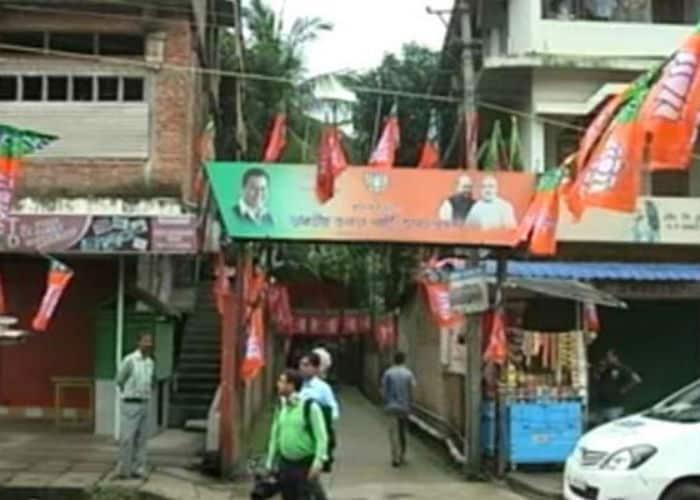 विधानसभा चुनाव 2016: पार्टियों के समर्थकों और झंड़ों से जगमगाई सड़कें