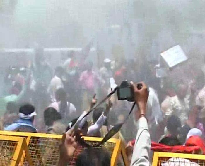 Badaun Gang-Rape Case: Water Cannons Used on Protesters Outside Akhilesh Yadav\'s Office