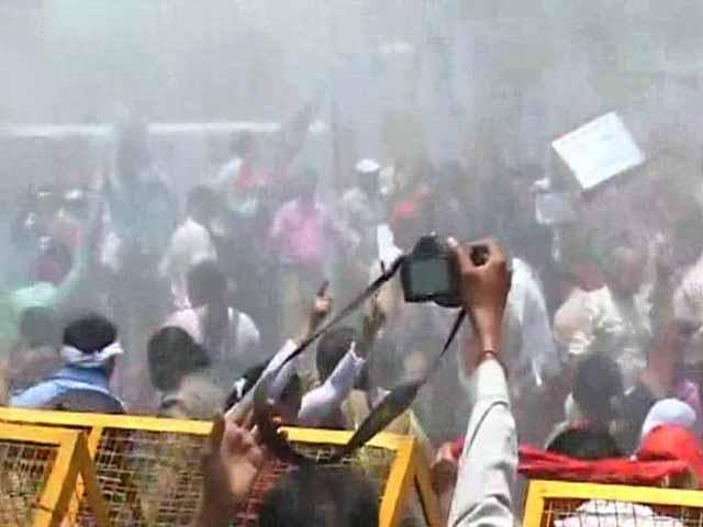 Photo : Badaun Gang-Rape Case: Water Cannons Used on Protesters Outside Akhilesh Yadav's Office