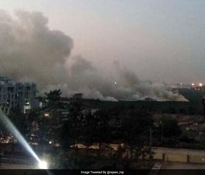 तस्वीरों में देखें जब बेंगलुरु की झील में लगी आग....
