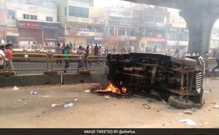 पीएफ निकालने संबंधी नए नियम के खिलाफ बेंगलुरू में हिंसक विरोध-प्रदर्शन, देखिए तस्वीरें