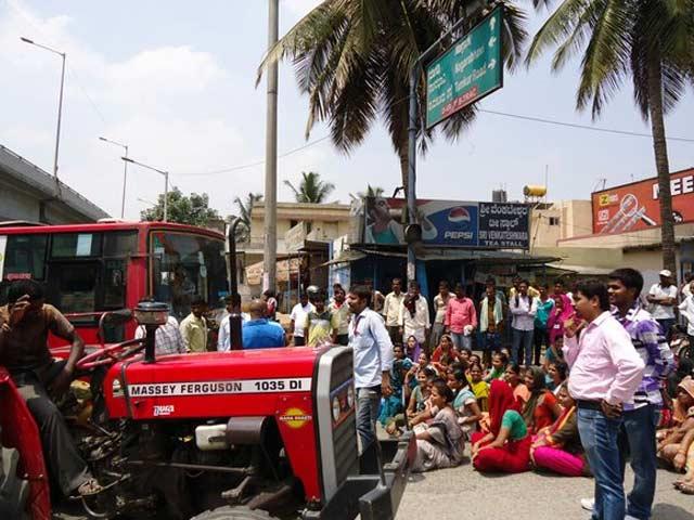 Photo : पीएफ निकालने संबंधी नए नियम के खिलाफ बेंगलुरू में हिंसक विरोध-प्रदर्शन, देखिए तस्वीरें