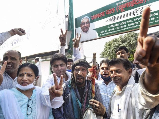 Photo : बिहार चुनाव 2020: वोटों की गिनती में एनडीए को बढ़त, जेडीयू कार्यकर्ता मना रहे जश्न